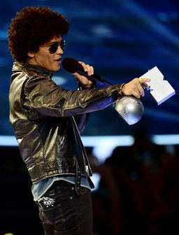 bruno-mars-accepts-the-best-song-award-at-the-mtv-emas-2013-with-locked-out-of-heaven-1384119204-megapod-0